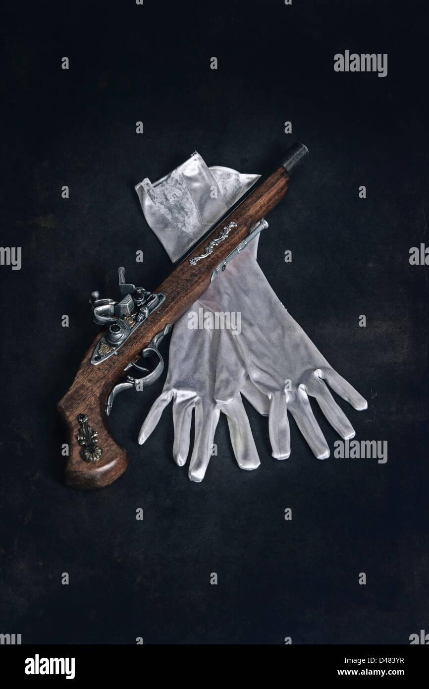 eine alte militärische Waffe mit weißen Handschuhen Stockbild