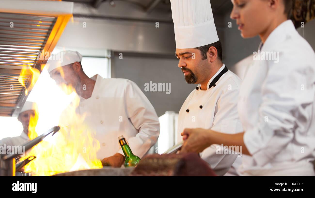 Köche kochen in der Küche des Restaurants Stockbild
