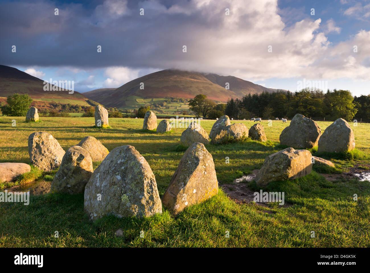 Castlerigg Stone Circle mit Blencathra Berg hinter Seenplatte, Cumbria, England. Herbst (Oktober) 2012. Stockbild