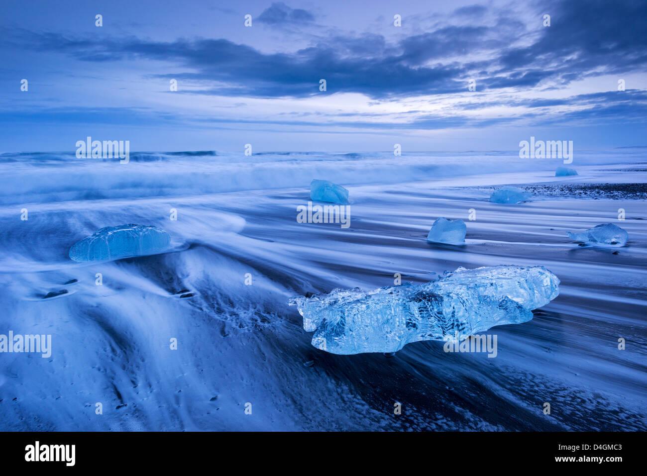 Eis und Wellen am Jökulsárlón Strand, Süd-Island. Winter (Januar) 2013. Stockbild