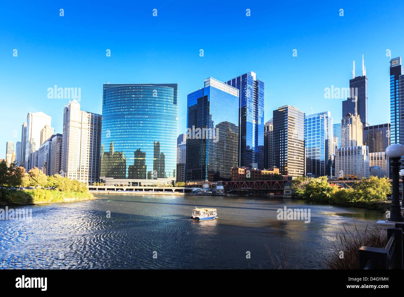 Wolkenkratzer folgen Sie der Kurve des Flusses Chicago, Chicago, Illinois, USA Stockbild