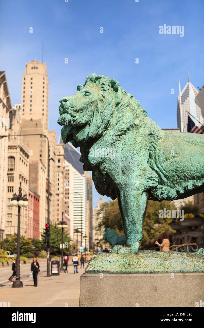 Eines der zwei legendäre Bronze Löwenstatuen außerhalb des Art Institute of Chicago, Chicago, Illinois, Stockbild