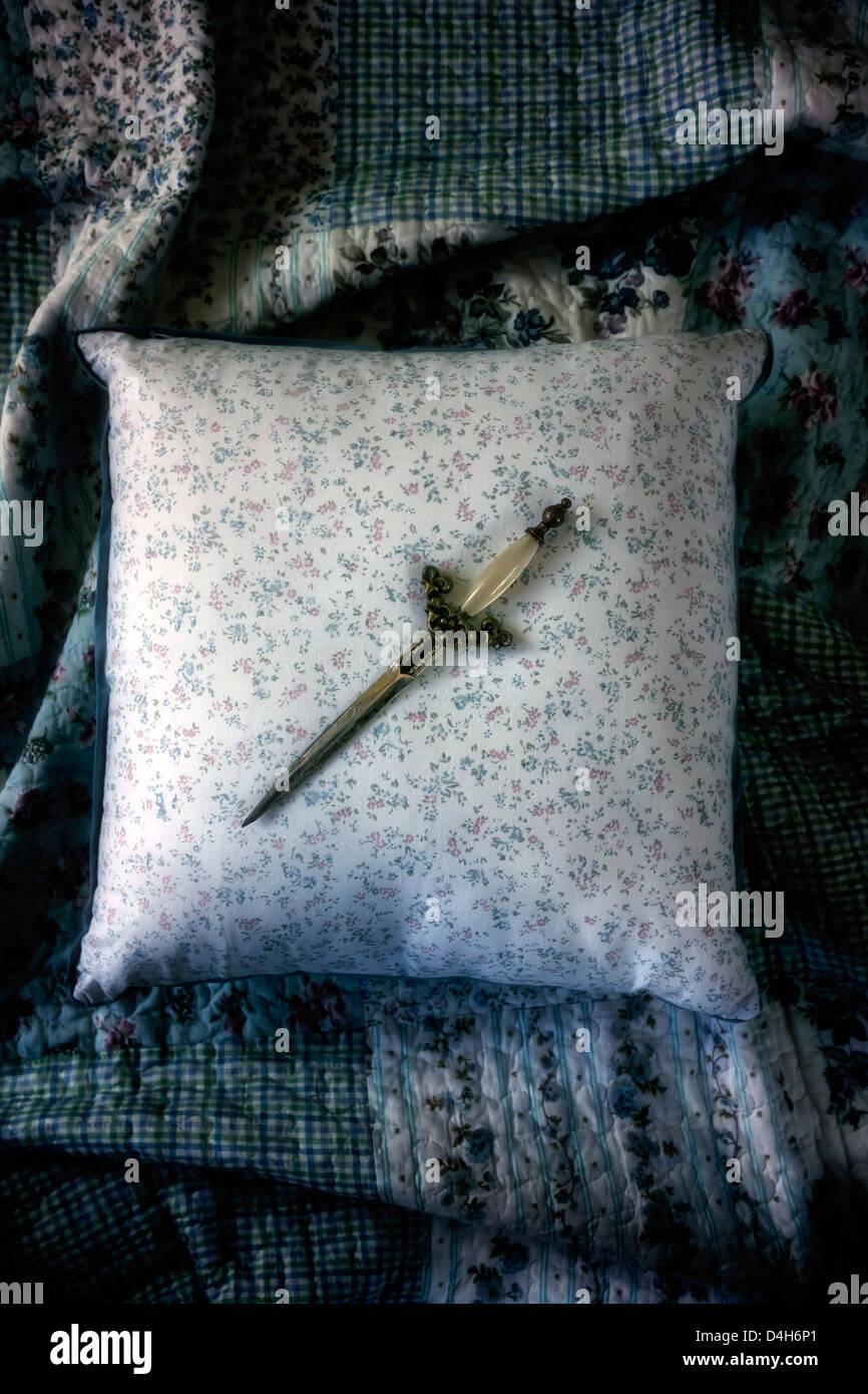 ein Dolch auf einem Vintage Kissen Stockbild