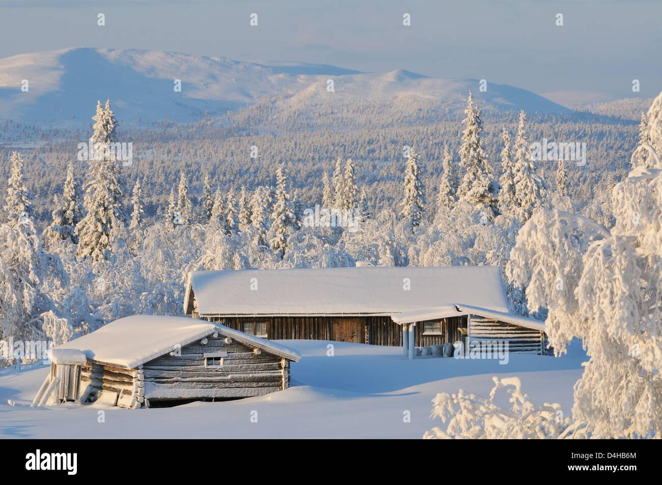 Chalet und Berge im Schnee. Härjedalen, Schweden, Europa Stockbild