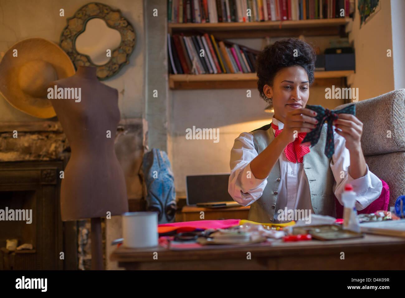 Designer Nähen am Schreibtisch im Büro Stockbild