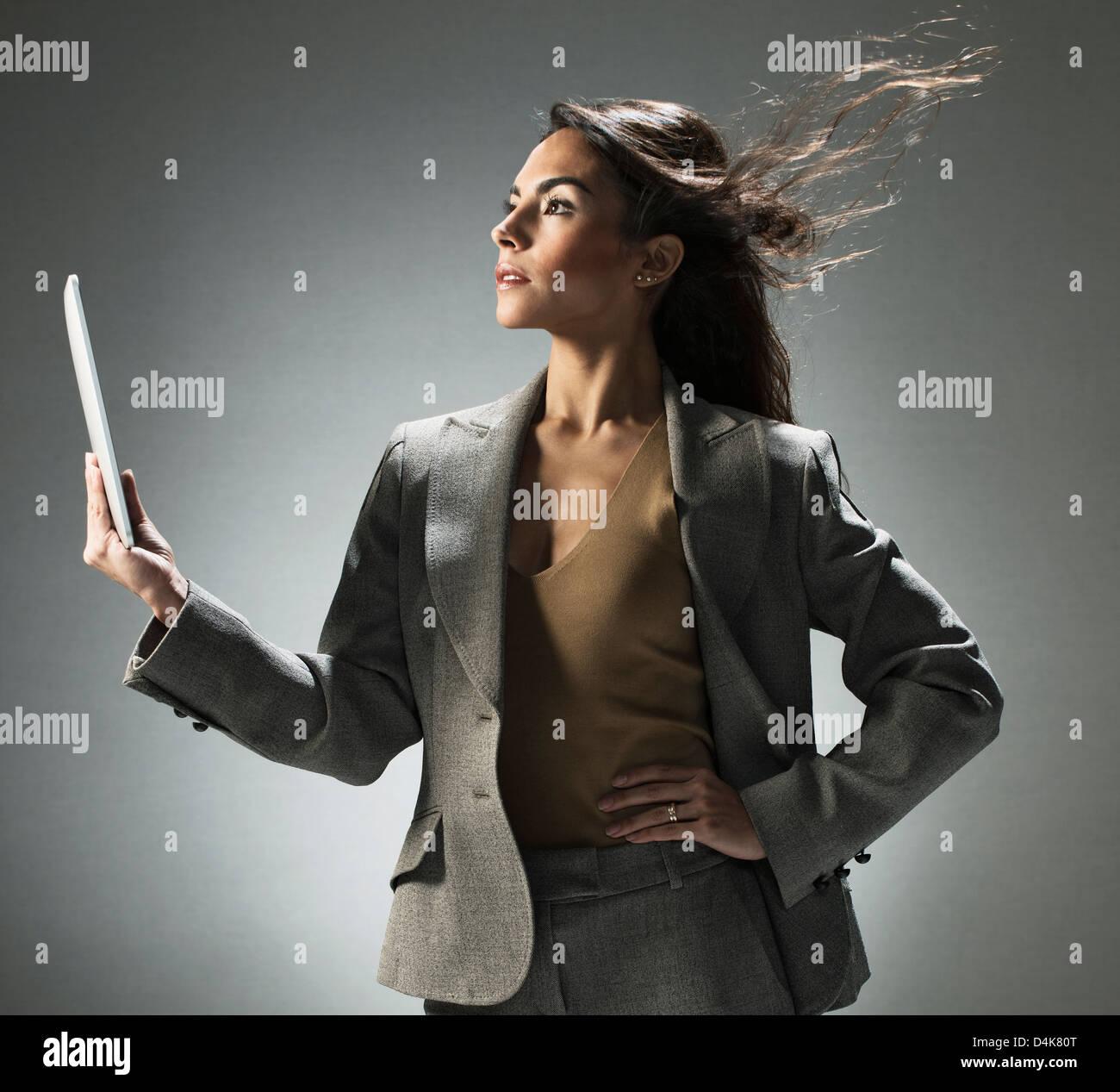 Geschäftsfrau hält Tablet-computer Stockbild