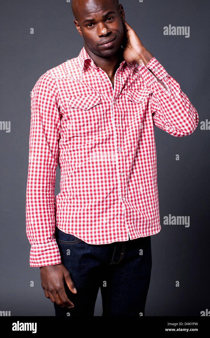 Mann trägt kariertes Hemd Stockbild