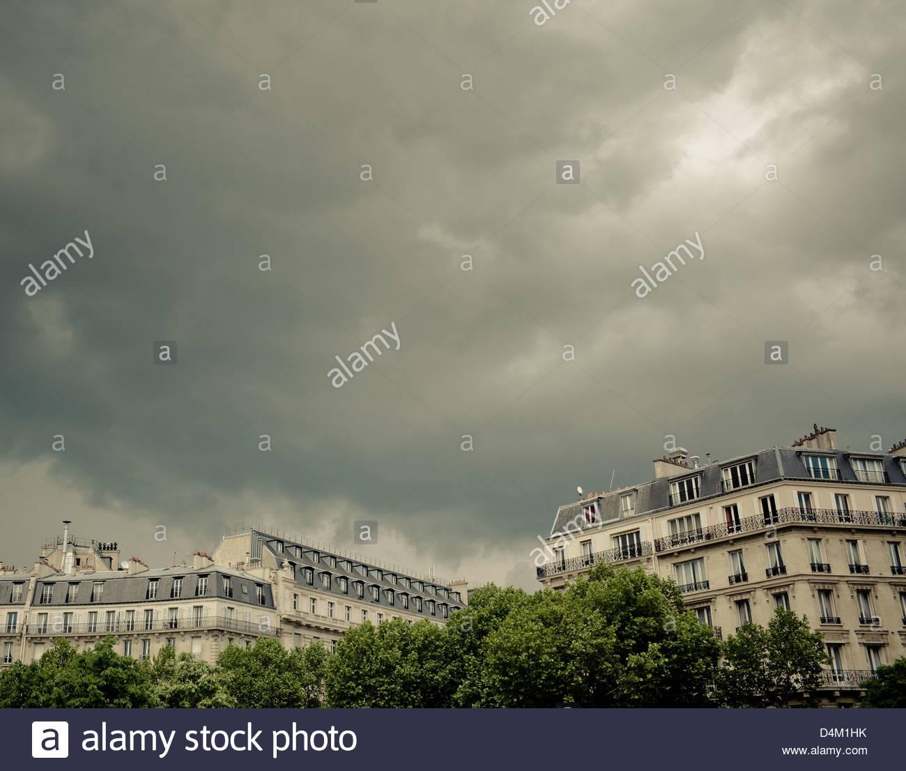 Reich verzierte Gebäude und bewölktem Himmel Stockbild