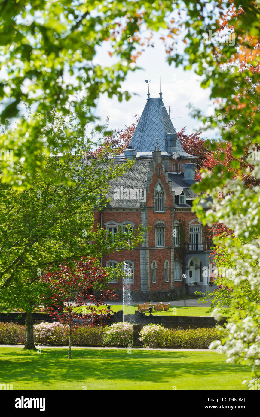 Thorskogs Schloss durch Frühjahr Bäume, Schweden, Europa Stockbild