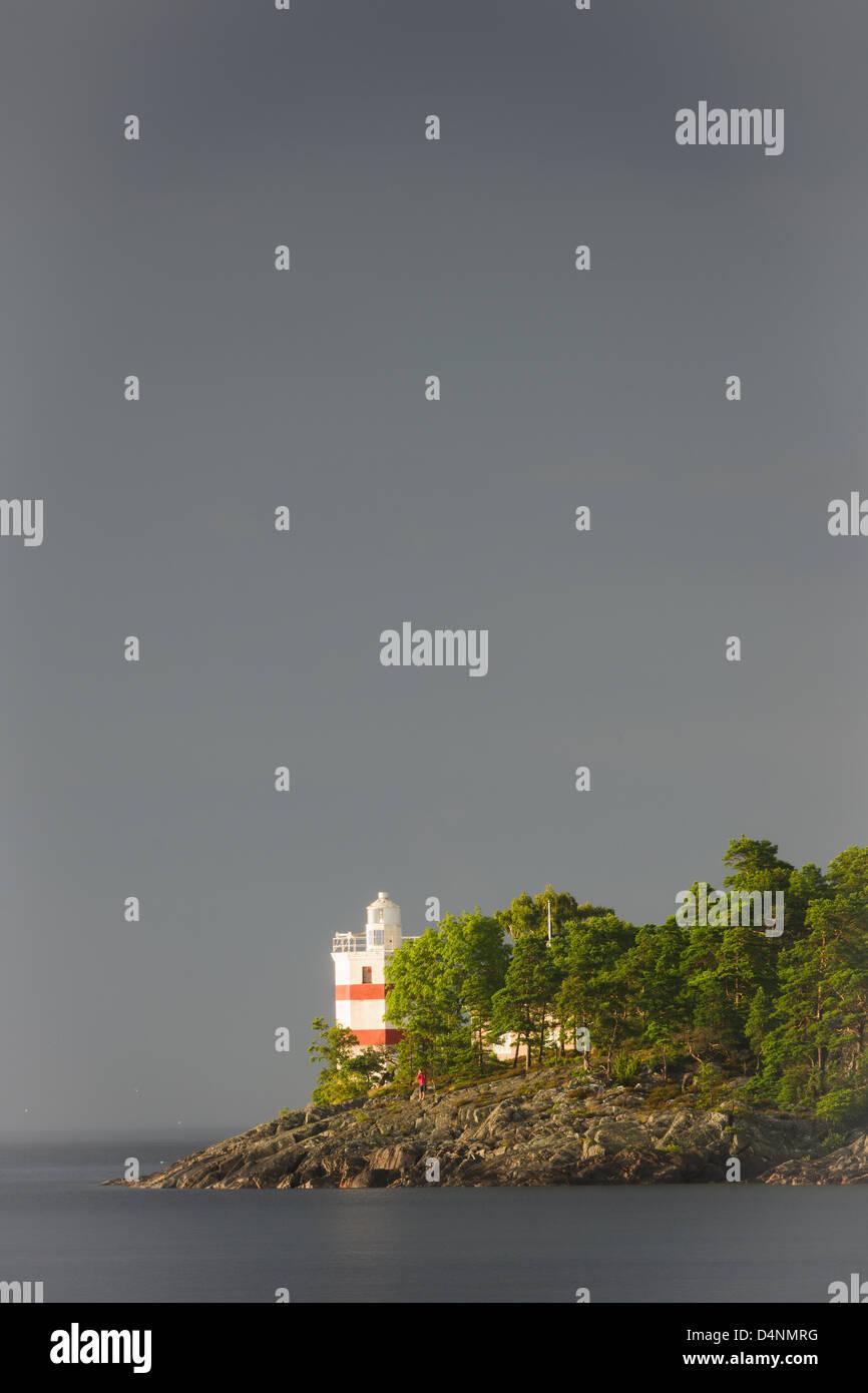 Leuchtturm unter grauem Himmel, Djurö Nationalpark, Vänern, Schweden, Europa Stockbild