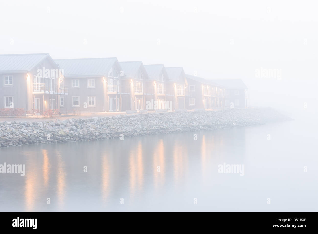 Morgennebel über See Gebäude, Nya Varvet, Göteborg, Schweden, Europa Stockbild
