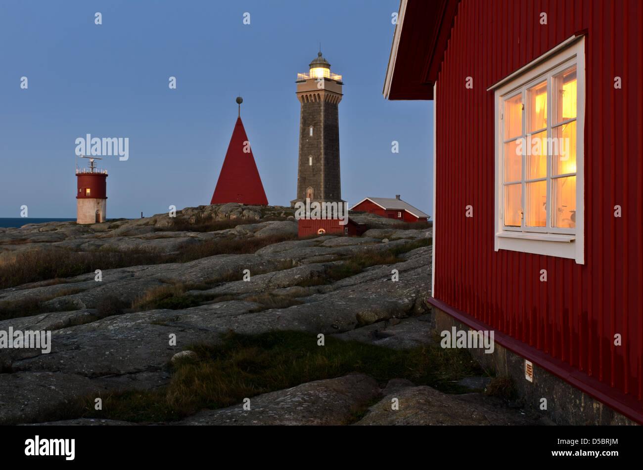 Leuchtturm und Holzbauten in Vinga, Göteborg, Schweden, Europa Stockbild