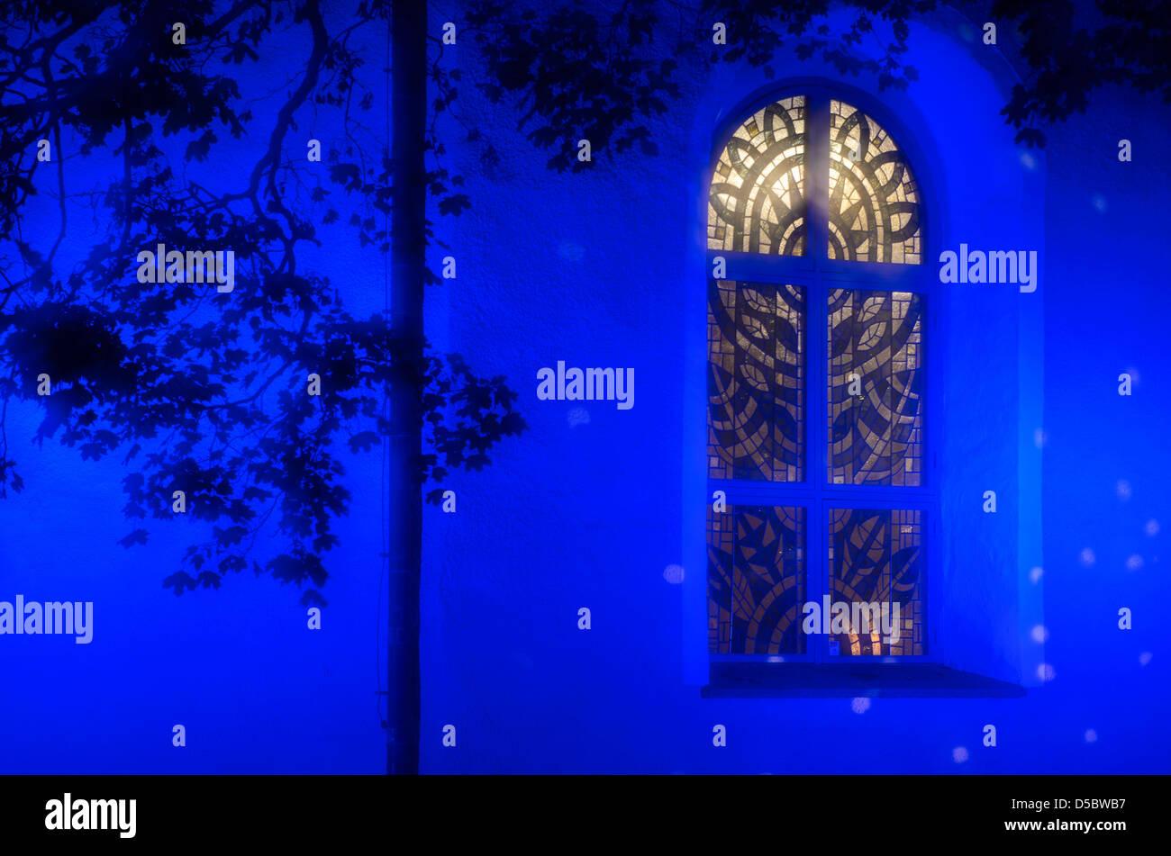 Traditionell gemusterte Schwedisch Fenster in der Kirche von Alingsås, Västra Götaland, Schweden, Stockbild