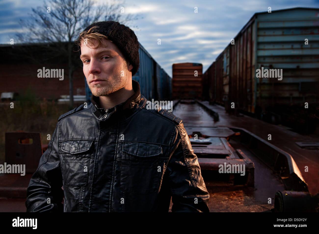 Mann in GAP und Jacke in Schiene Straße Hof Stockbild