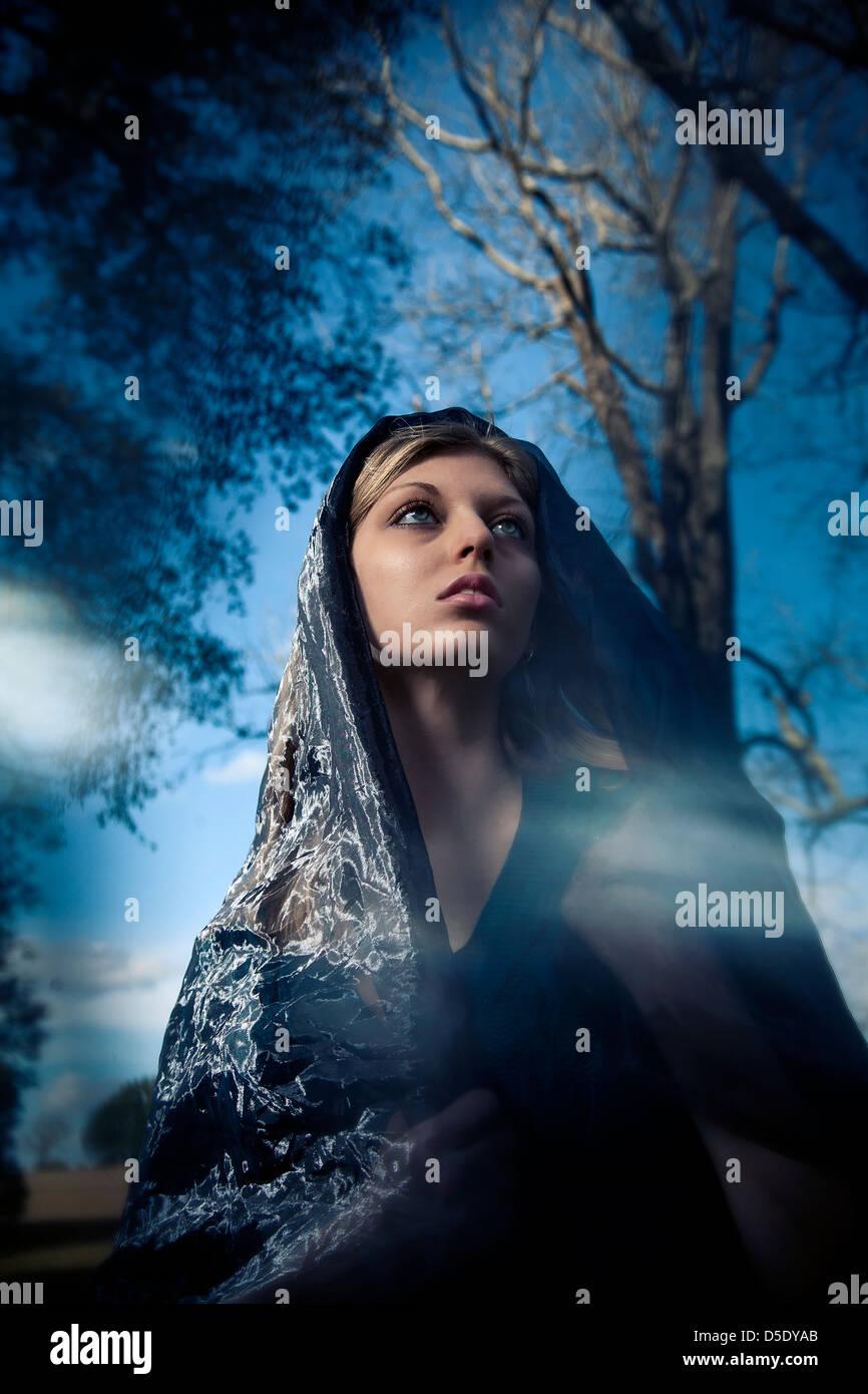 Frau trägt Schal über Kopf fashion portrait Stockbild