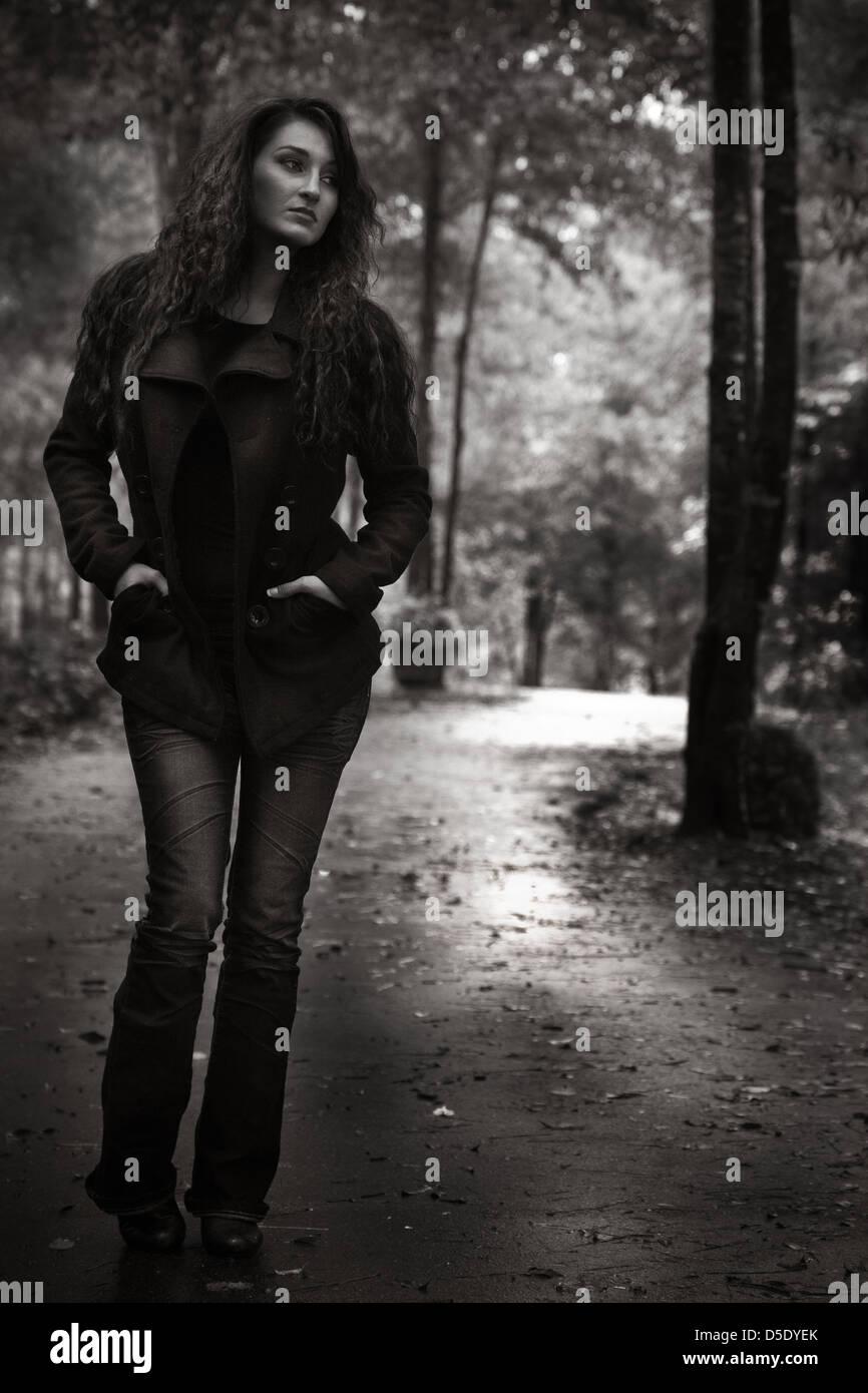 Frau zu Fuß hinunter Garten an regnerischen Tag Stockbild