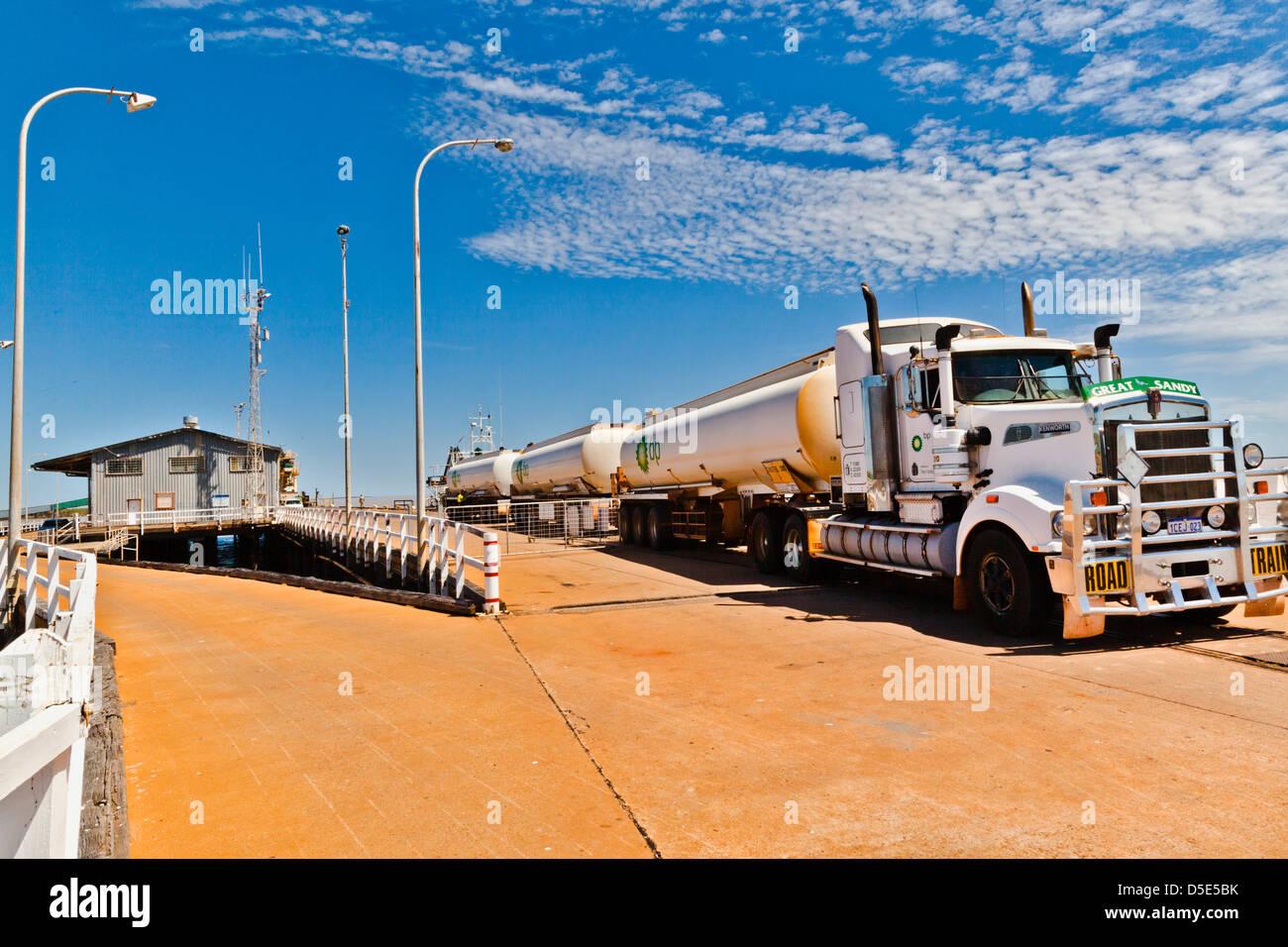 Australien, Western Australia, Derby, Tanker Lastzug auf Derby wharf Stockbild