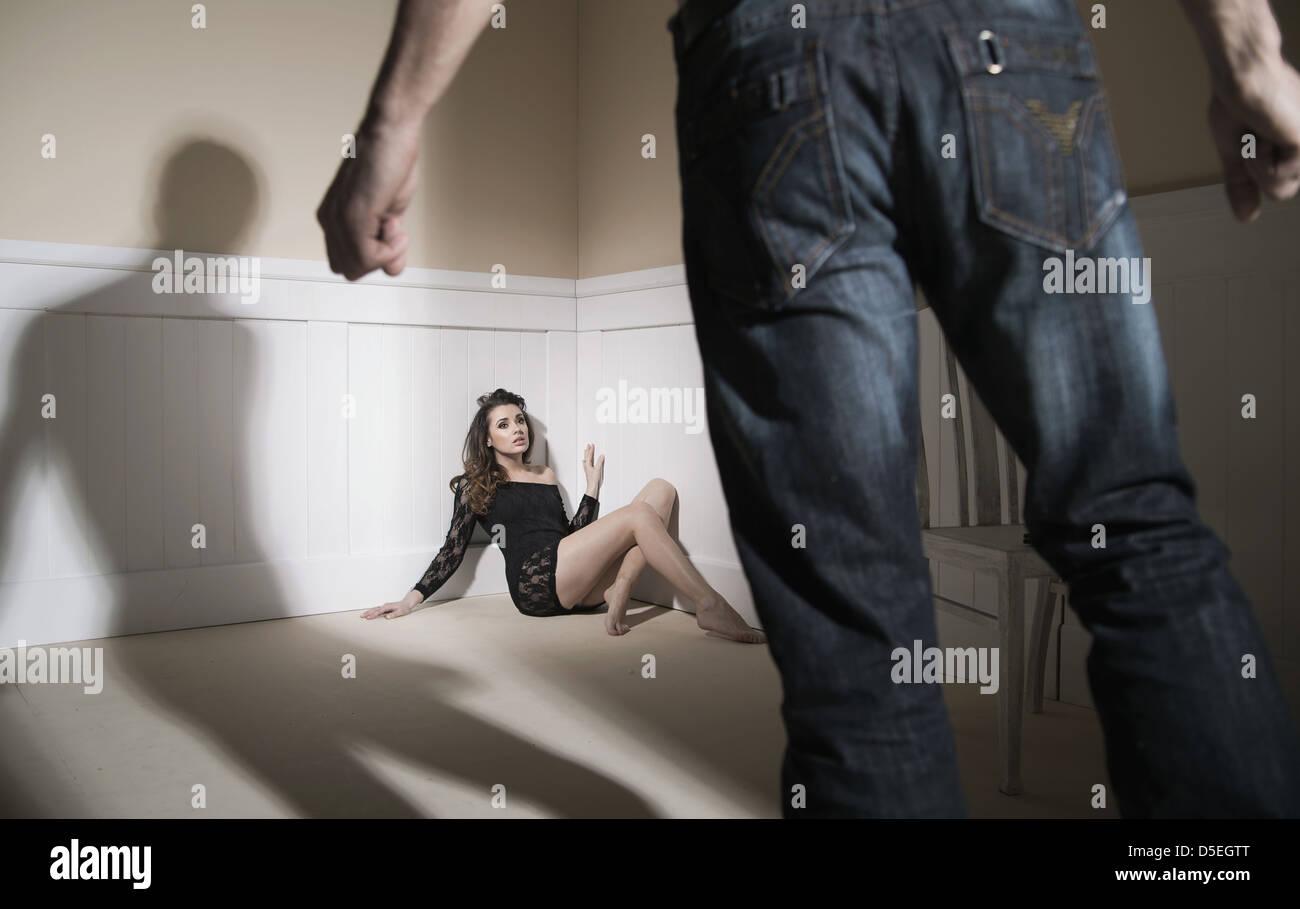 Szene der Mann und seine Frau mit dem Ausdruck häuslicher Gewalt Stockbild