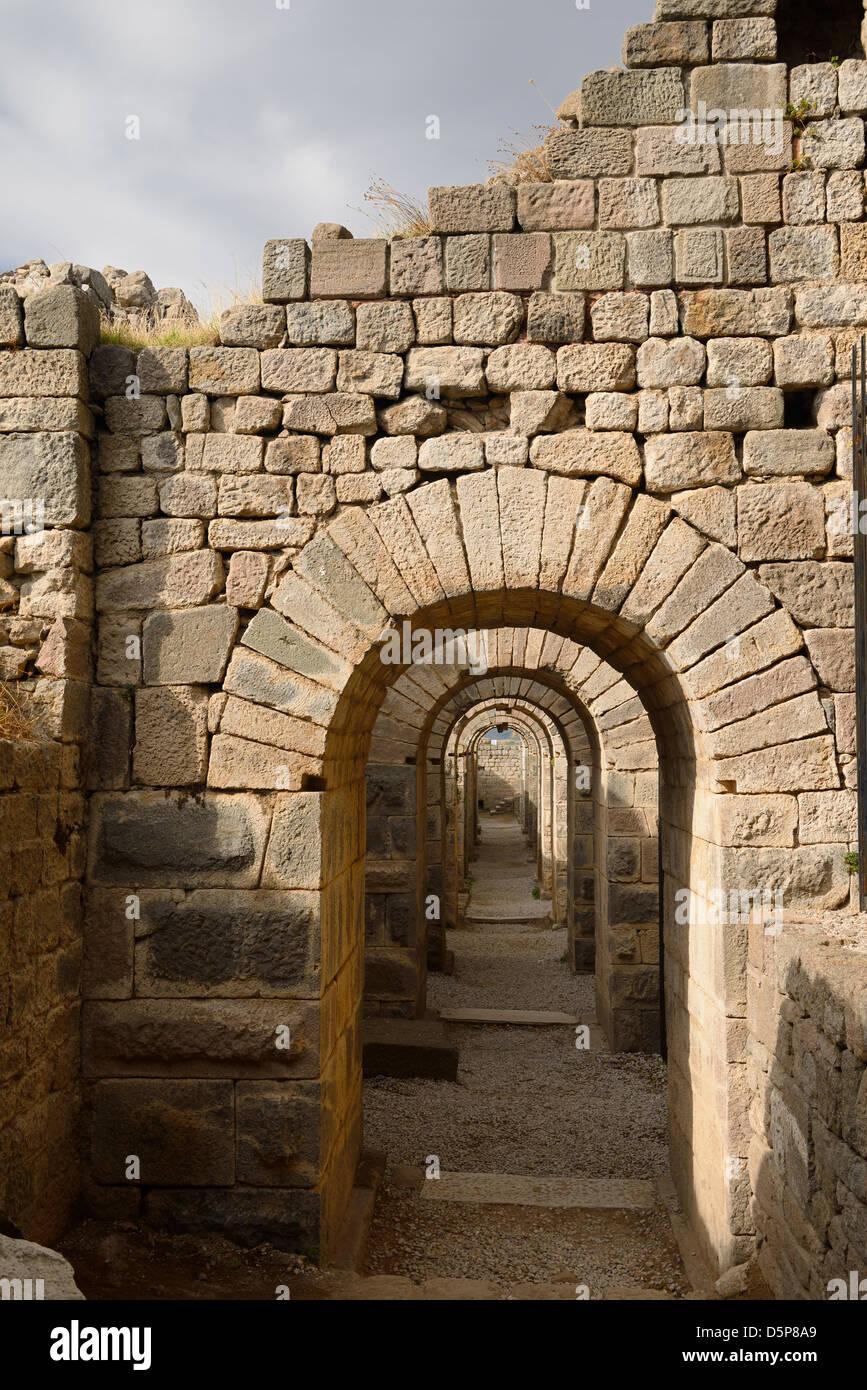 Steinblock Bögen der Grundlagen der Tempel des Trajan archäologische Stätte in Pergamon bergama Türkei Stockbild