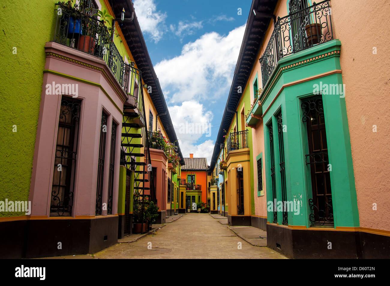 Leuchtend bunte historische Gebäude in Los Martires Nachbarschaft in Bogota, Kolumbien Stockbild