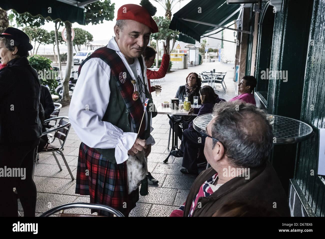 La Palma, Kanarische Inseln - lokale Scot trägt ein Kilt in einem Santa Cruz-Café vor dem Karneval Stockbild