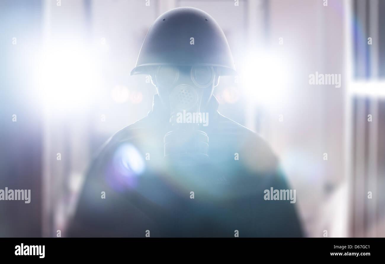 Ein Mann in Militärhelm und Gasmaske Stockbild