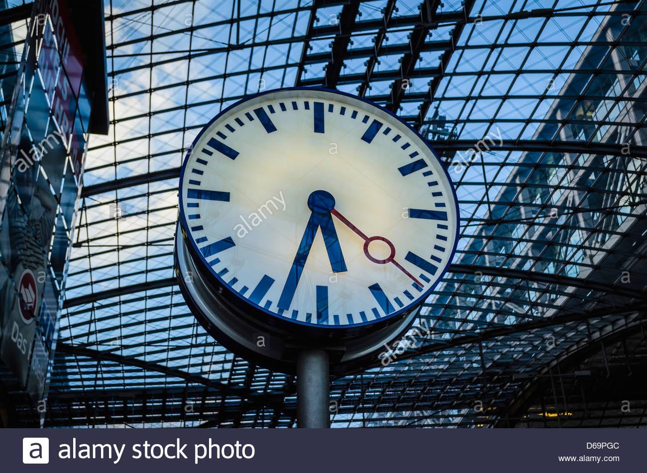 Uhr im Bahnhof Stockbild