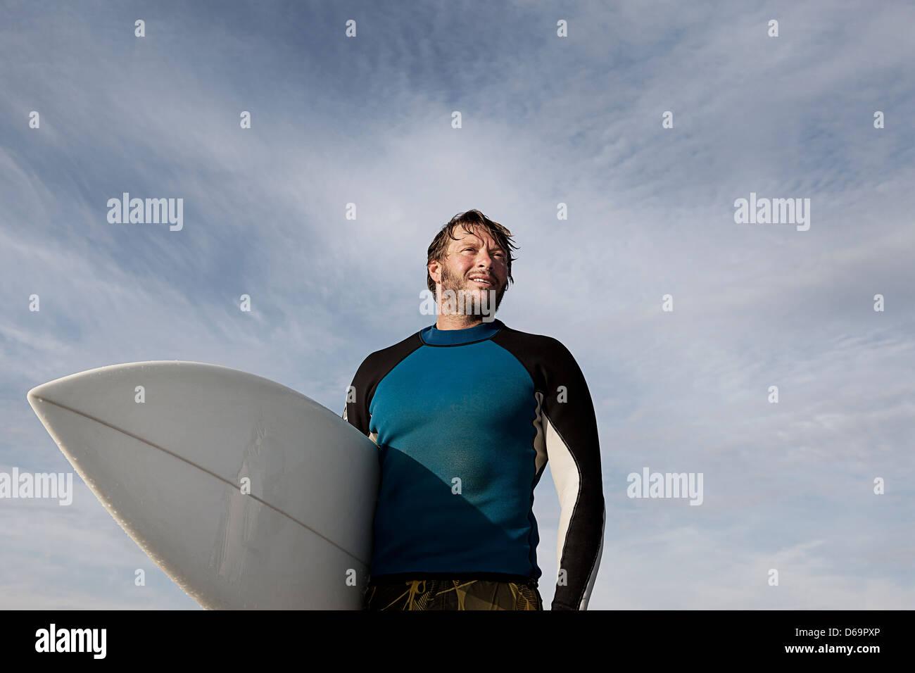 Surfer mit Board im freien Stockbild