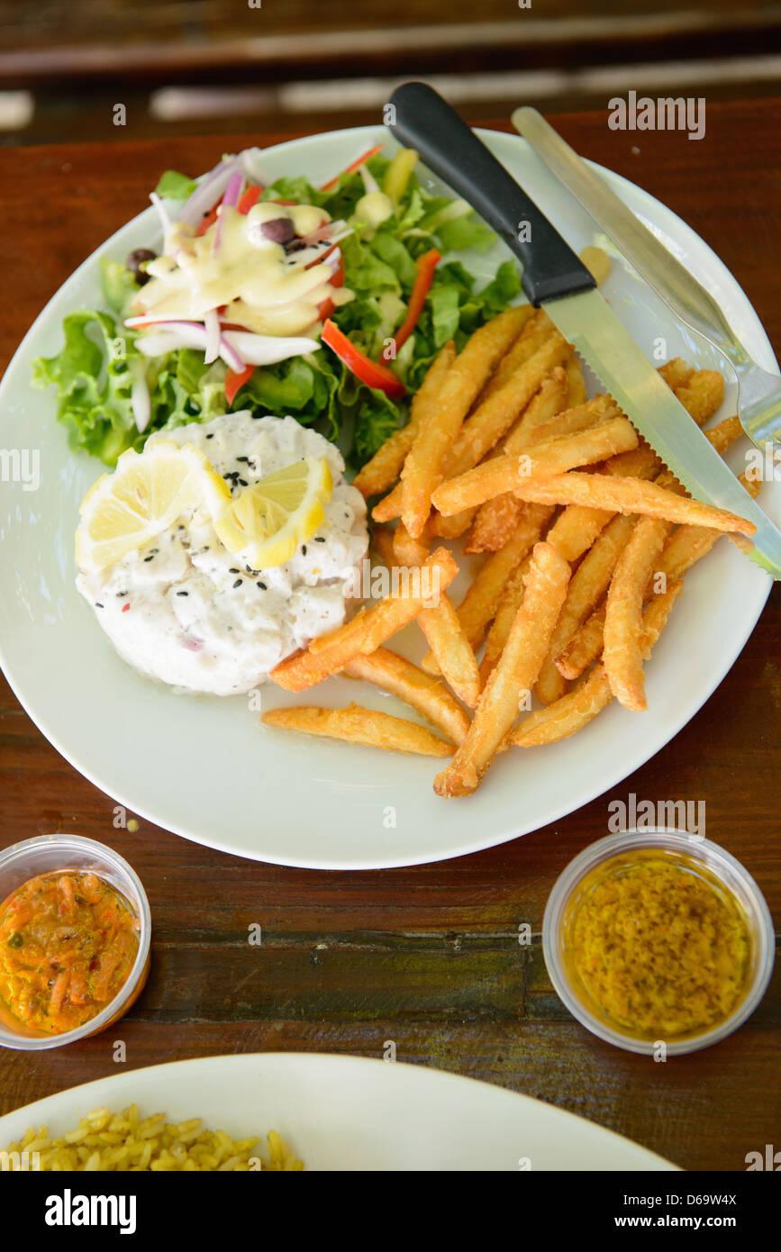 Teller mit Pommes frites, Abendessen Salat und Eiern Stockbild