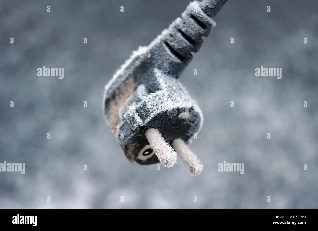 gefrostet Elektrokabel im winter Stockbild