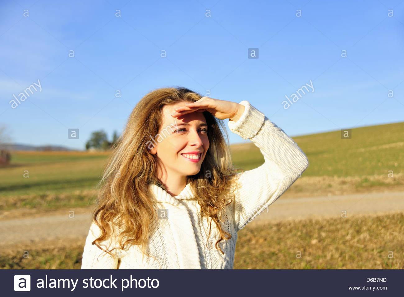 Frau mit Blick auf ländliche Gebiet Stockbild