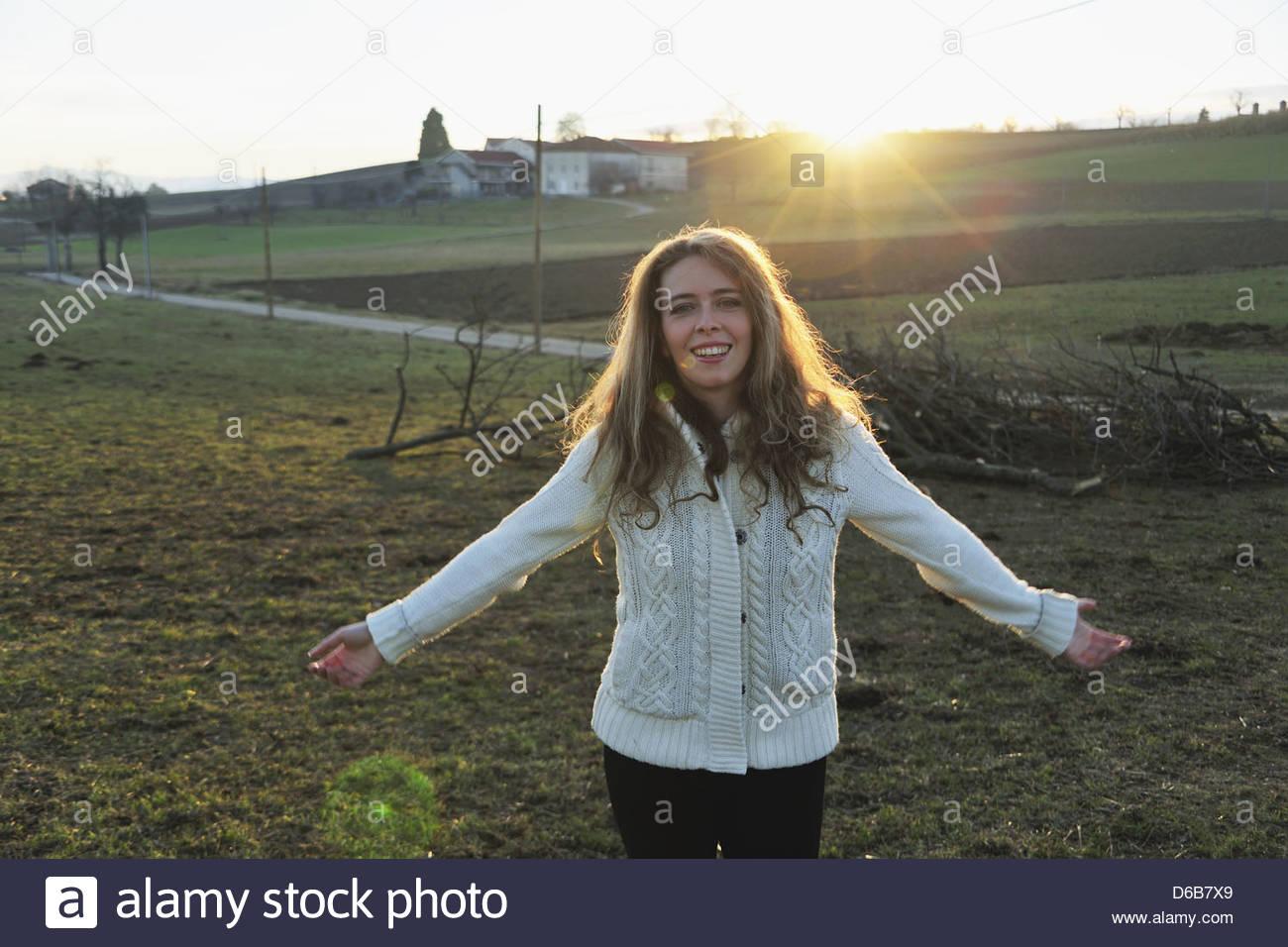 Frau zu Fuß im ländlichen Bereich Stockbild