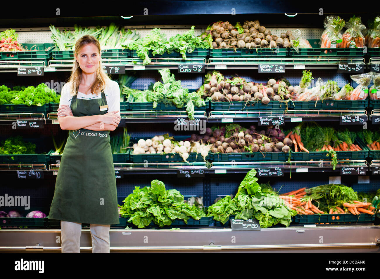 Lebensmittelhändler lächelnd in produzieren Abschnitt Stockbild