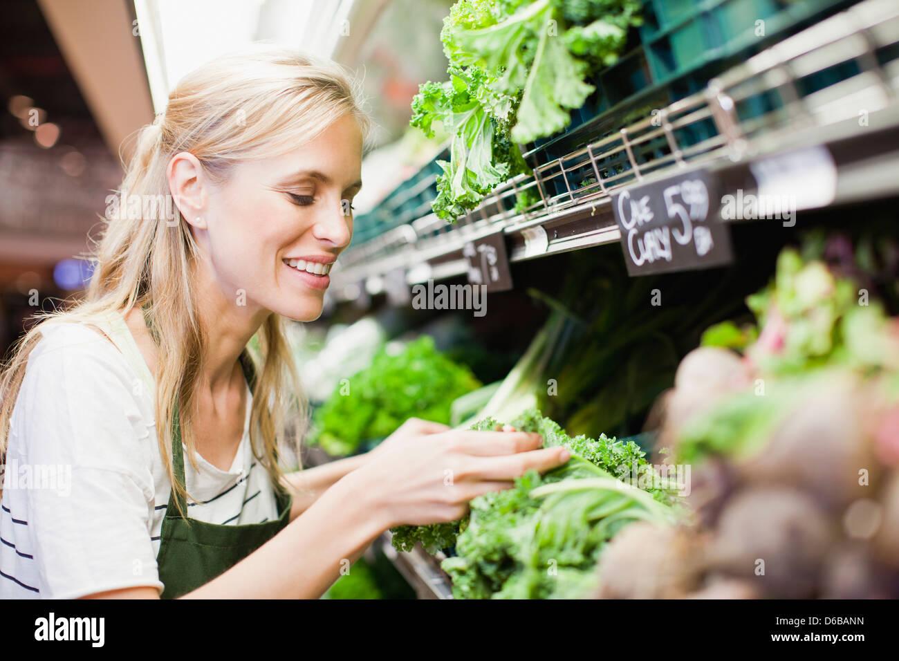 Lebensmittelhändler in arbeiten produzieren Abschnitt Stockbild