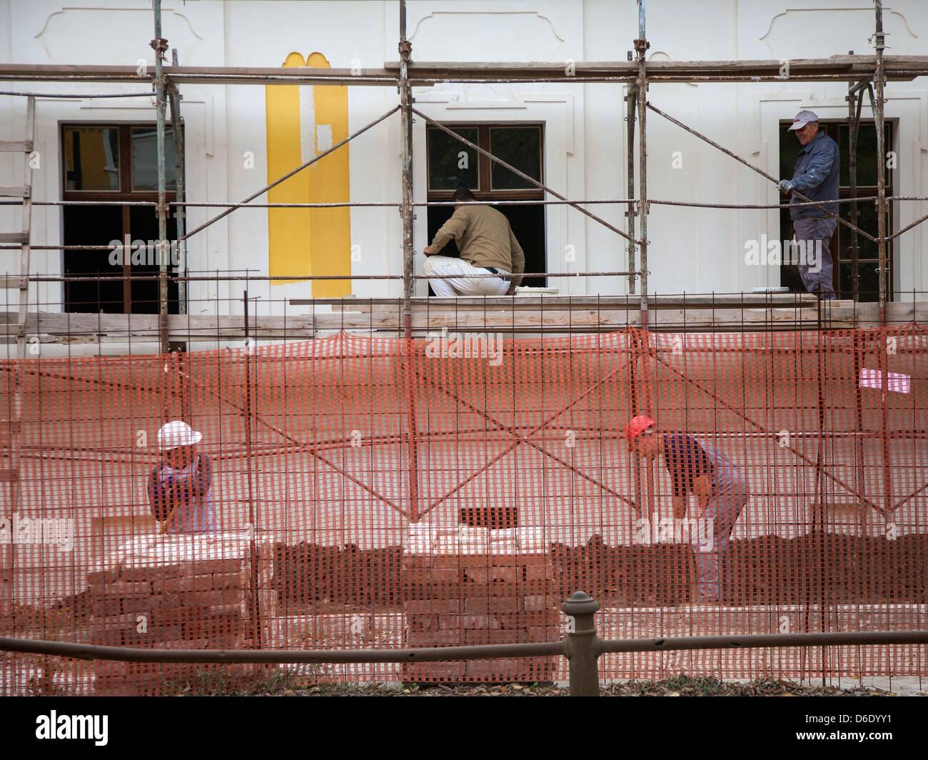 Menschen, die auf eine Haus-Rekonstruktion in Vukovar Stockbild