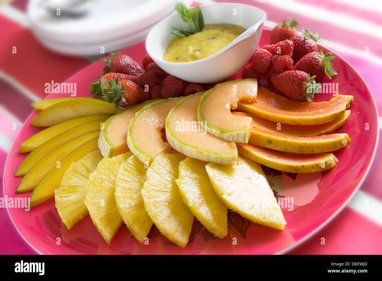 Auswahl an Früchten mit Passionsfrucht-Püree Stockbild