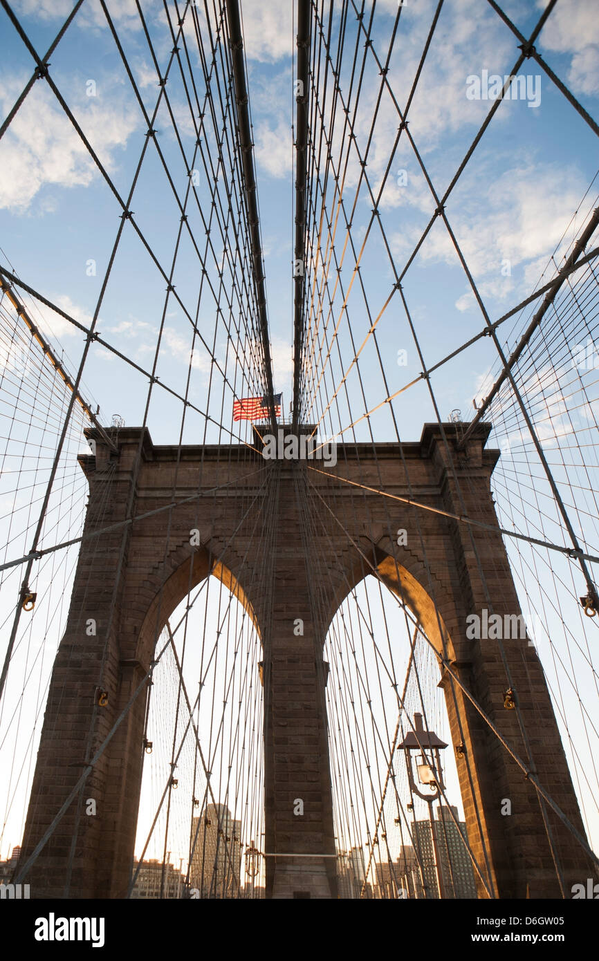Brooklyn Bridge unter blauem Himmel Stockfoto