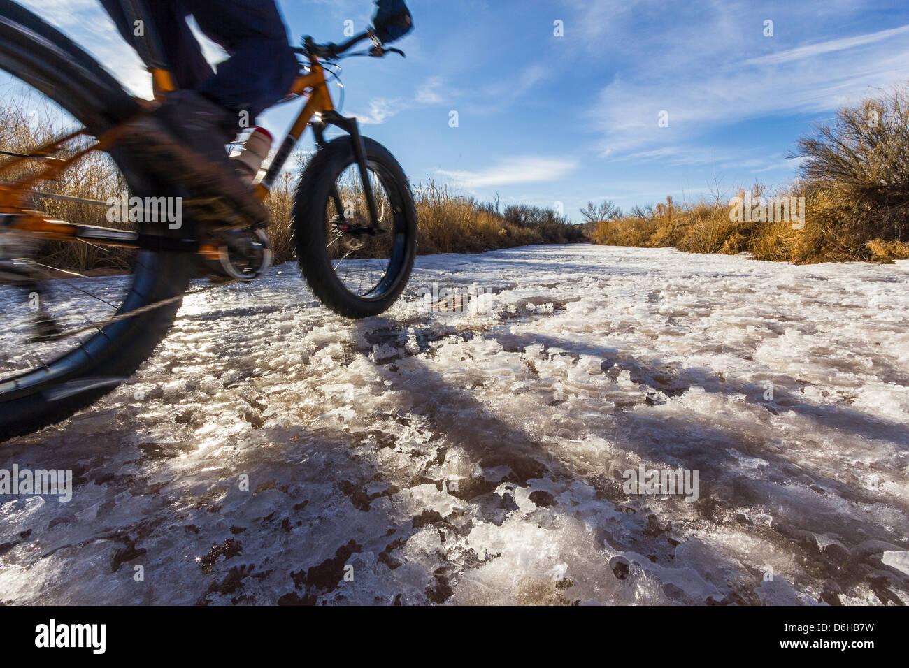 Mountainbiker auf Schnee im ländlichen Bereich Stockbild