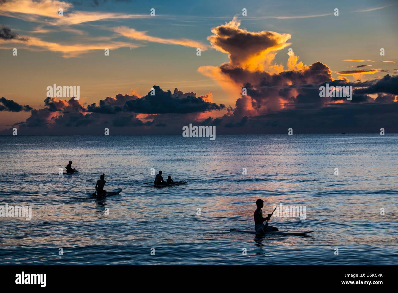 Surfer bei Sonnenuntergang in Guam, US-Territorium, Central Pacific, Pazifik Stockbild