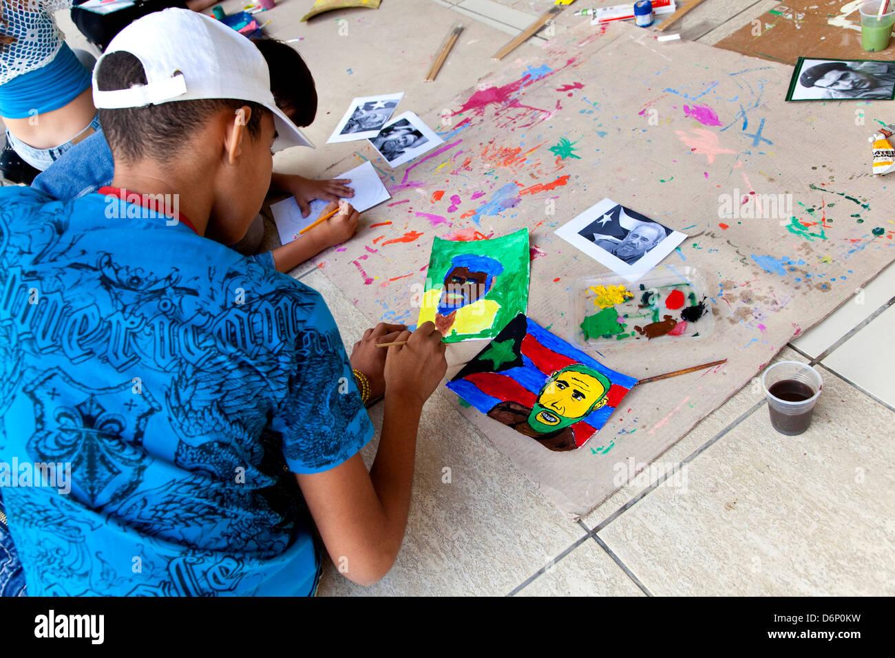 Kinder malen Porträt von Fidel Castro. Kubanische Havanna, La Habana, Cuba, Südamerika, Lateinamerika Stockbild