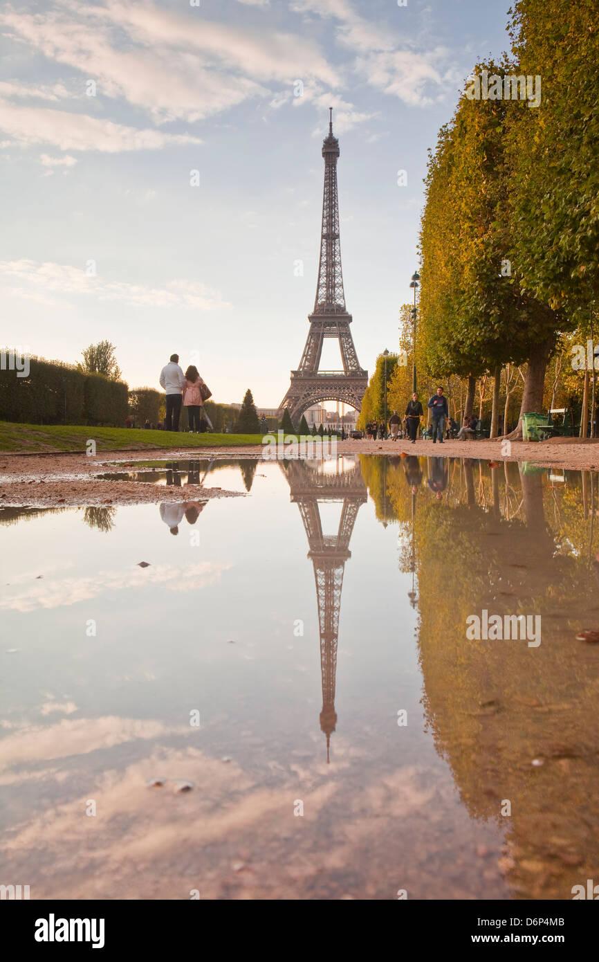 Der Eiffelturm vom Champ de Mars, Paris, Frankreich, Europa Stockbild