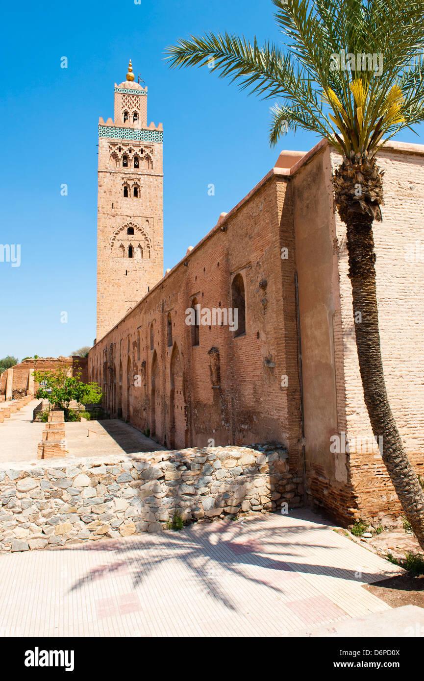Katoubia Moschee und Palmen Baum in Djemaa El Fna, dem berühmten Platz in Marrakesch, Marokko, Nordafrika, Stockbild