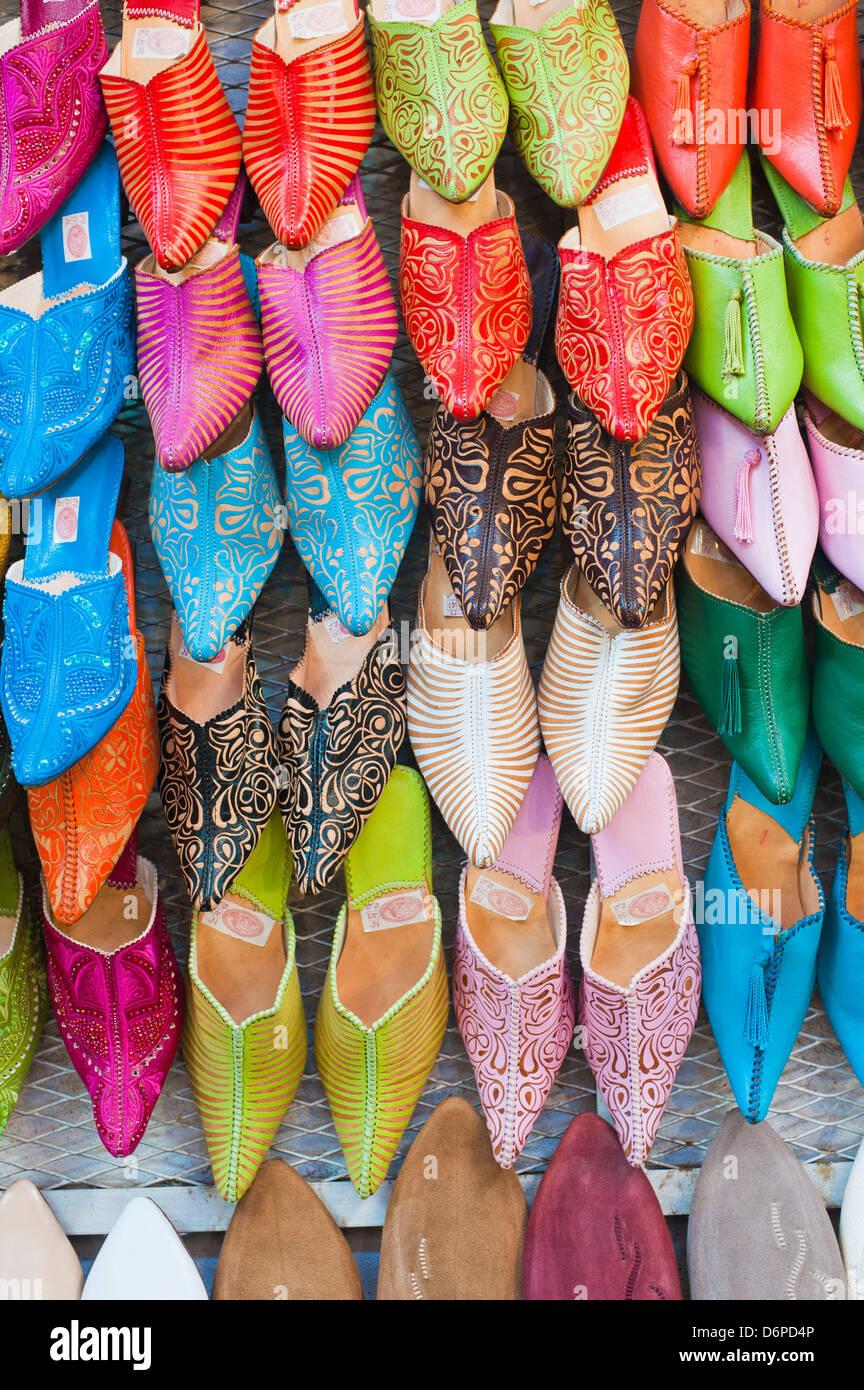 Bunte Babouche zum Verkauf in Thesouks in der alten Medina, Place Djemaa El Fna, Marrakesch, Marokko, Nordafrika, Stockfoto