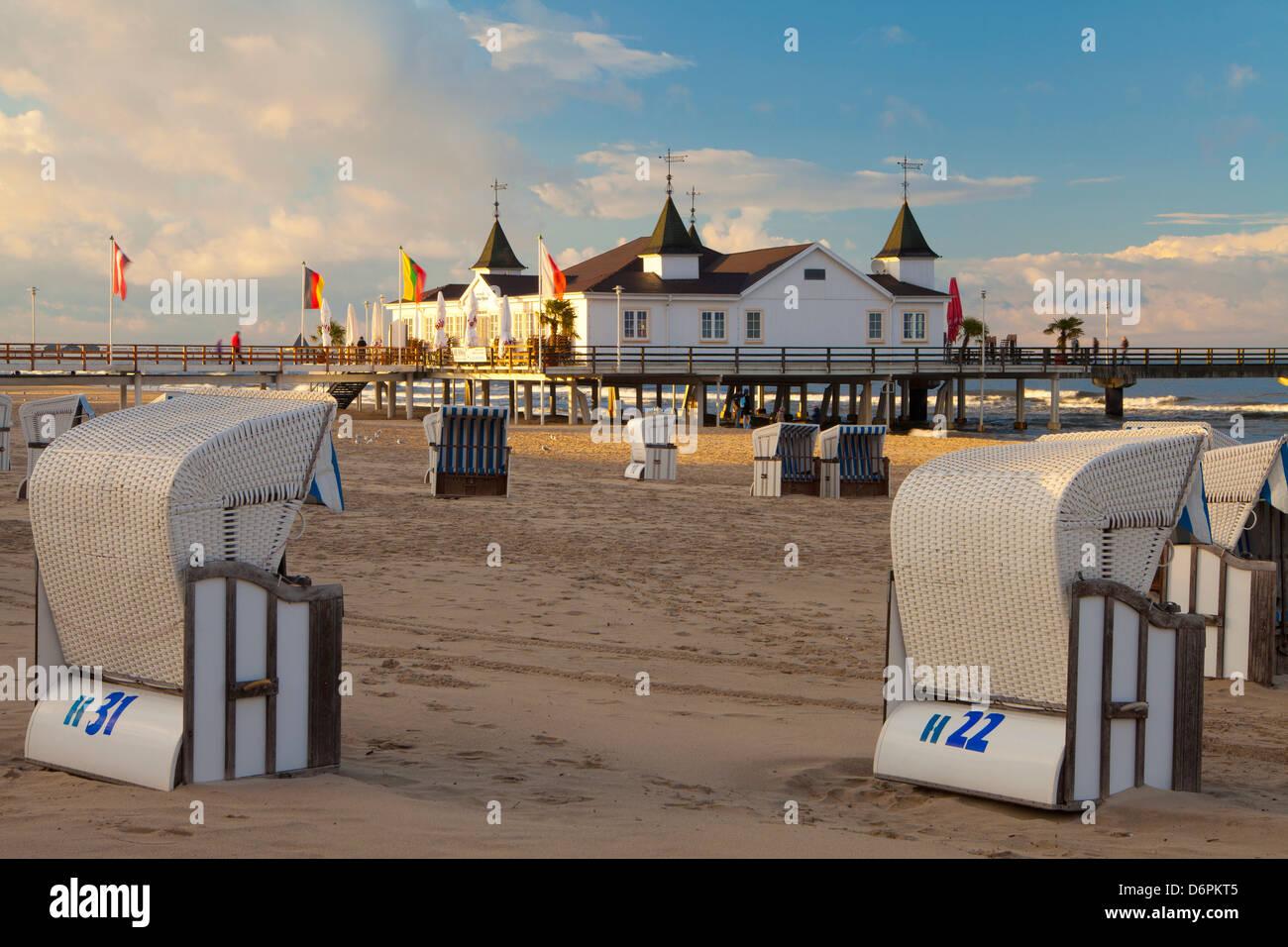 Strandkörbe und dem alten Pier in Ahlbeck auf der Insel Usedom, Ostseeküste, Mecklenburg-Vorpommern, Deutschland, Stockbild