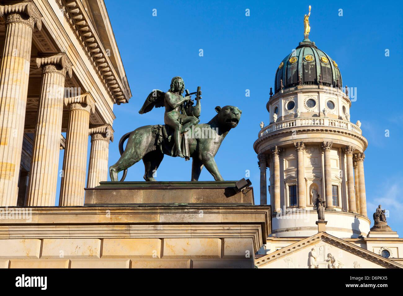 Skulptur von Tieck mit Theater und Franzosisch (Französisch) Kirche im Hintergrund, Gendarmenmarkt, Berlin, Stockbild