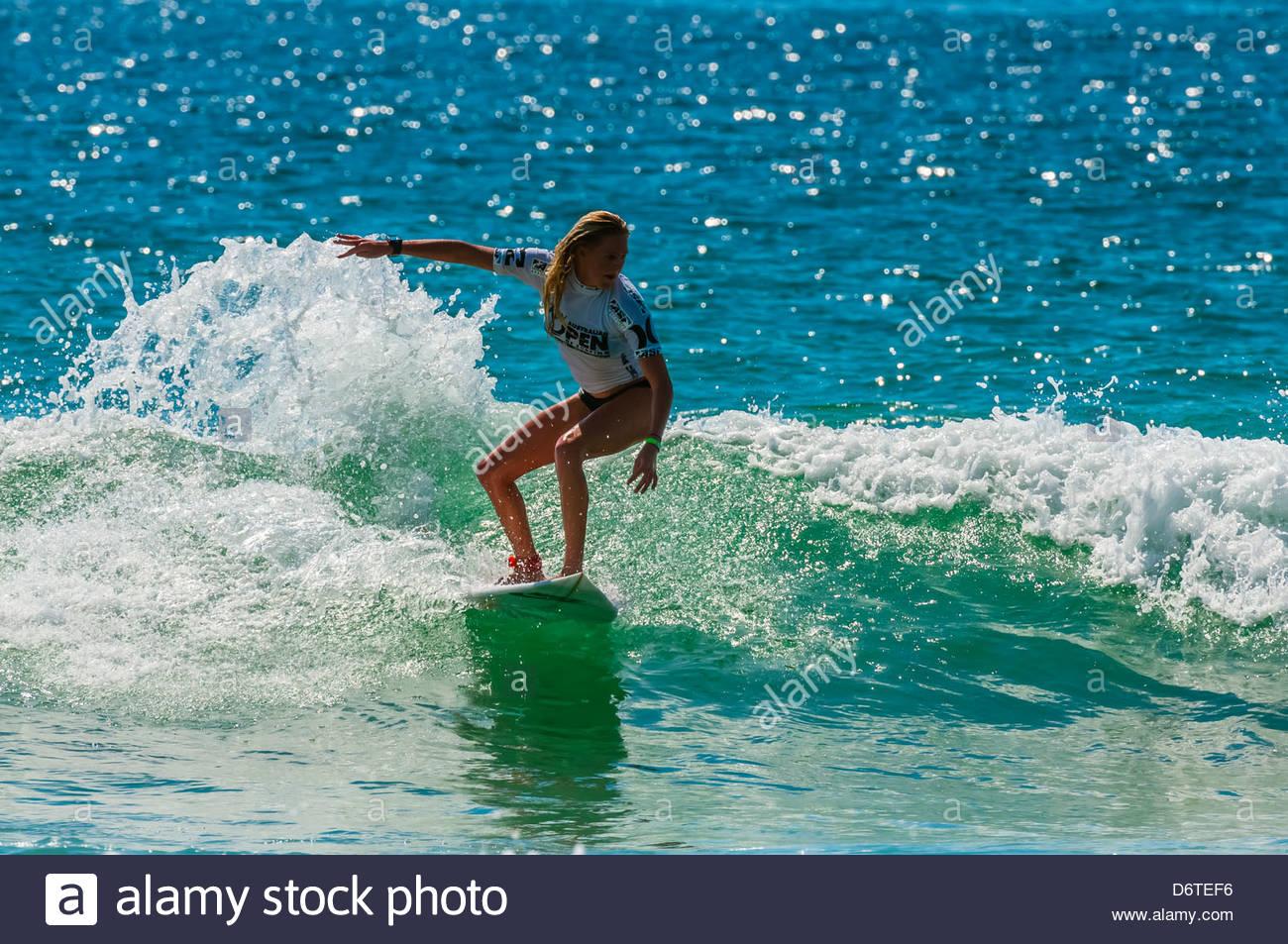 Pro Surferin im Wettbewerb im Finale der Australian Open of Surfing, Manly Beach, Sydney, New South Wales, Australien Stockbild