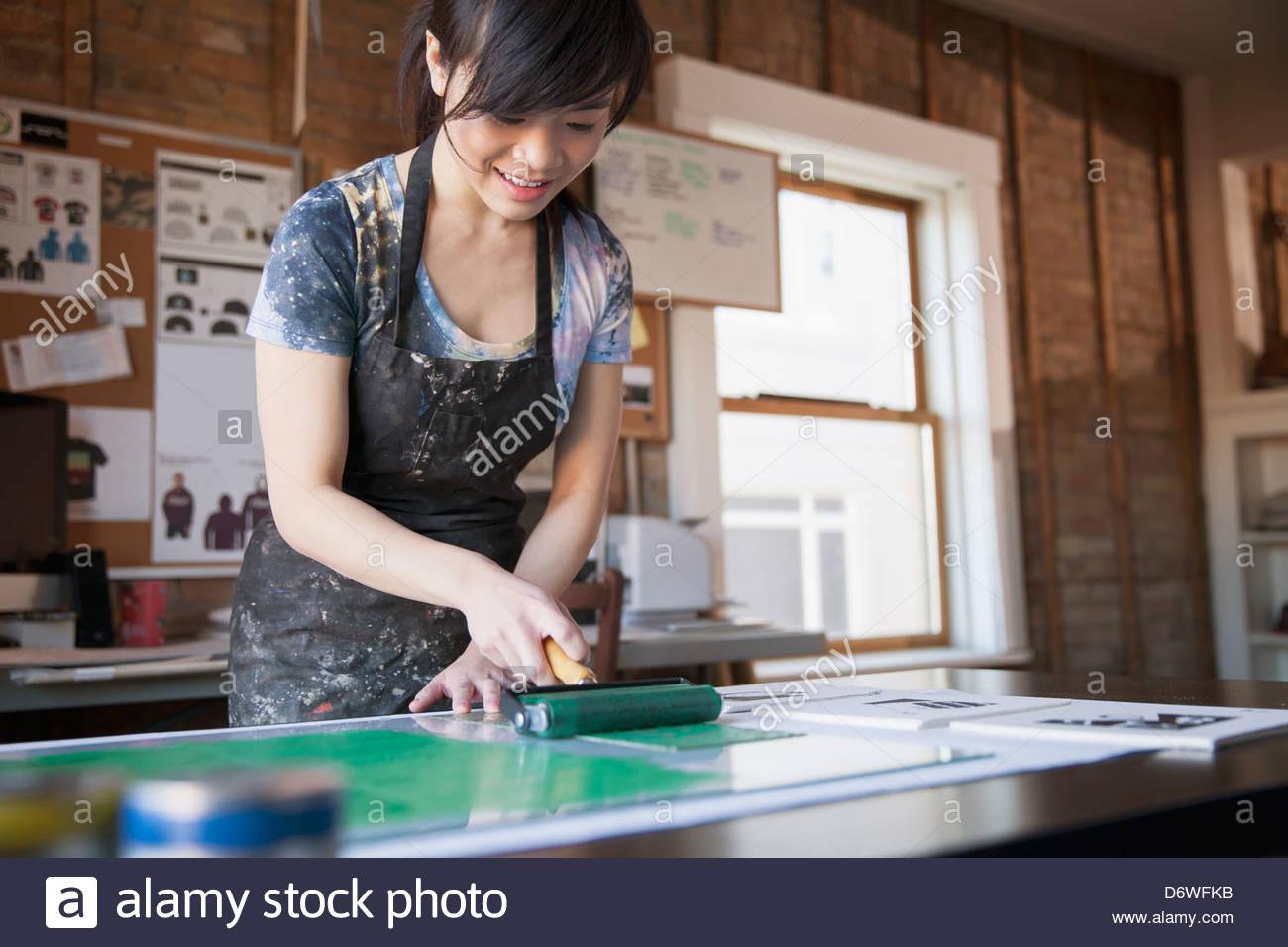 Designerinnen Farbwerk Radierplatte in Werkstatt Stockbild