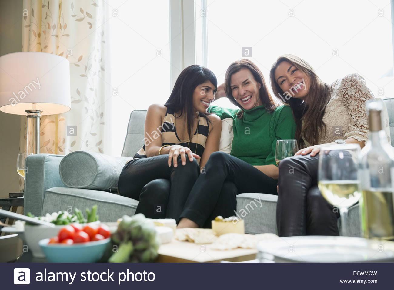 Glücklich Freundinnen genießen House-Party mit Lebensmitteln im Vordergrund Stockbild