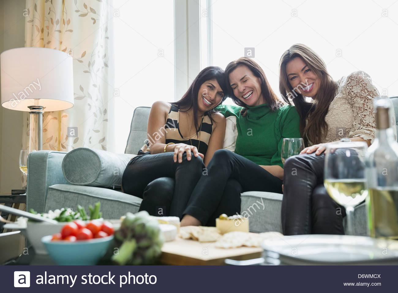 Gerne Reife Frauen genießen House-Party mit Lebensmitteln im Vordergrund Stockbild