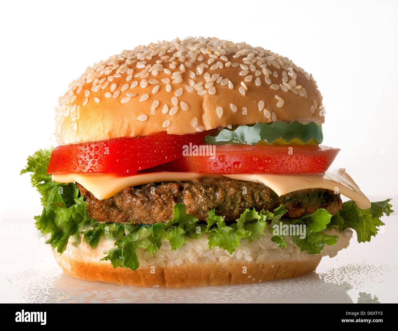 Cheeseburger mit Tomate Stockbild